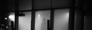 5 Maj, 2013 16:41   Måndag den 6e maj intar Domedagspop rådhustorget i Umeå, för en dag av rituellt kaos.  Musik, ljud och konst kommer med glashuset som smältdegel formas till en atmosfärisk enhet.  För att utföra detta har vi bjudit en grupp utav bundsförvanter med olika kopplingar till oss, bland dessa finns tex: HOODOO, Perhan Khoshkele, Skelett, Noll och Periferin.  Vad som kommer hända är omöjligt att förutspå, men det kommer att vara domedag, rök och eld. Oljudet kommer höras hela dagen, så kom förbi.   Bland deltagarna finns medlemmar från: https://soundcloud.com/hoodoo-official http://khoshkele.tumblr.com/ http://c-h-i-c-a-g-o-j-a-z-z-e-n.blogspot.se/ https://soundcloud.com/supersked http://periferin.com/  Mvh/ Domedagspop http://domedagspop.se/